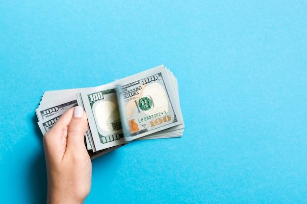 Le mani della donna di affari che contano cento banconote in dollari