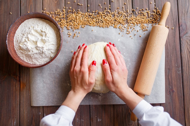 Le mani della donna impastano la pasta