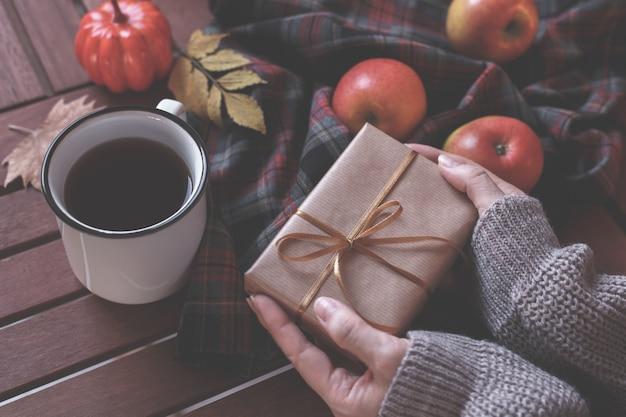 Le mani della donna in possesso di un regalo