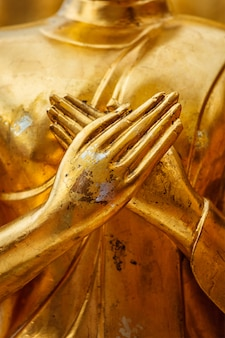 Le mani della statua del buddha si chiudono in su