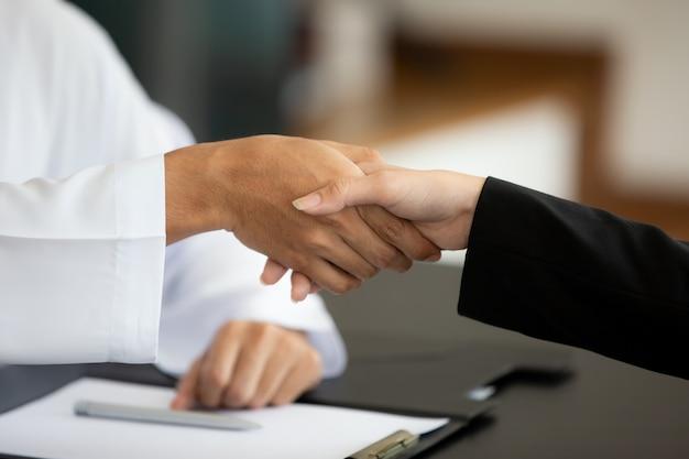 Le mani di amicizia di affari agitano