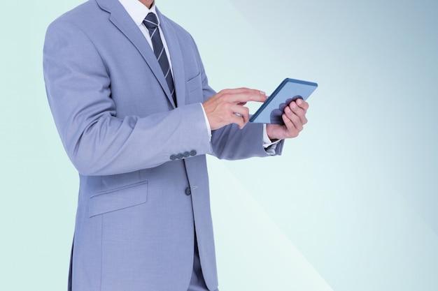 Le mani di businesman possesso di un tablet