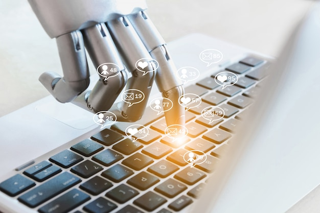 Le mani e le dita del robot puntano sul business online dei social media. messaggio, likes, followers e commenti su internet