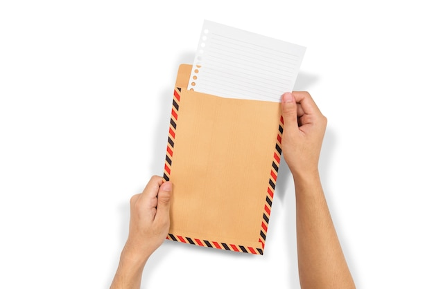 Le mani inseriscono la carta nella busta marrone