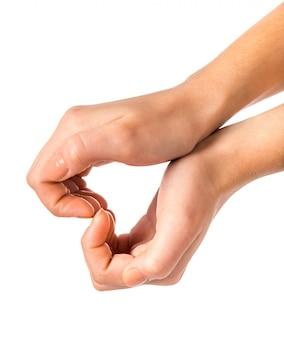 Le mani maschii mostrano un segno del cuore su bianco.