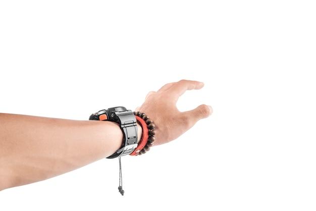 Le mani maschili con orologio da polso e braccialetto vogliono raggiungere qualcosa