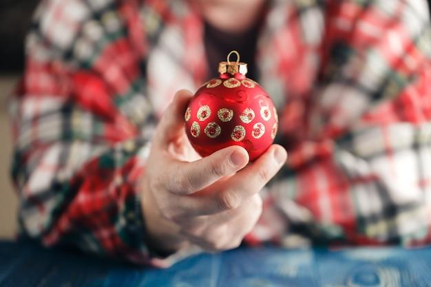 Le mani tengono la palla di cristmas