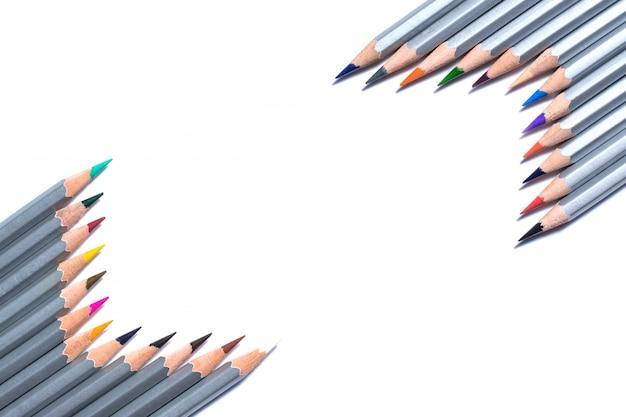 Le matite giacciono a forma di cornice isolata su uno sfondo bianco