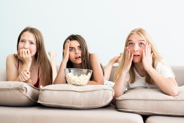 Le migliori amiche che guardano un film dell'orrore