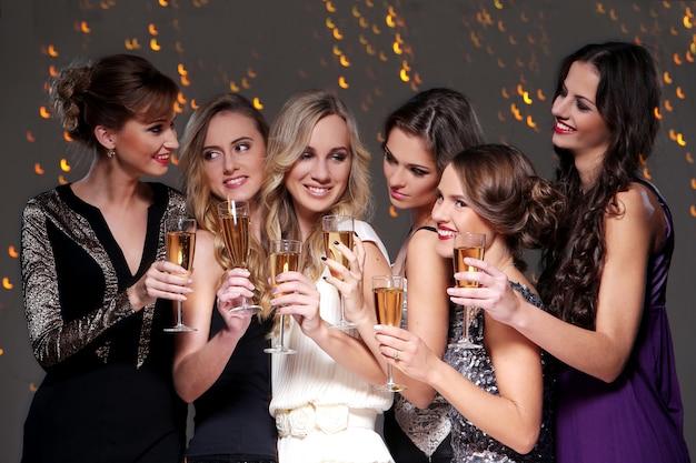 Le migliori amiche che hanno una festa di capodanno