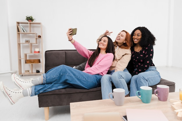 Le migliori amiche che prendono un selfie