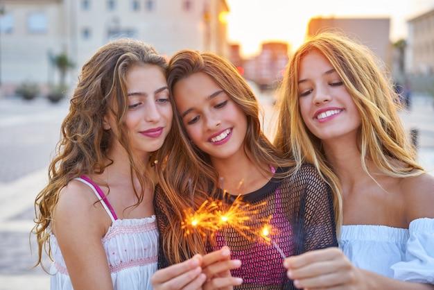 Le migliori amiche ragazze adolescenti con stelle filanti