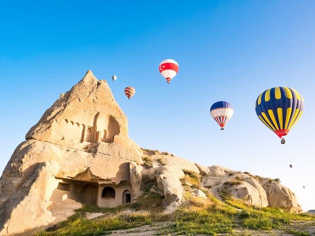 Le mongolfiere variopinte che sorvolano la roccia abbelliscono a cappadocia turchia