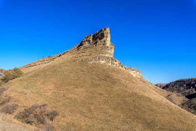 Le montagne del caucaso in autunno. giorno soleggiato.