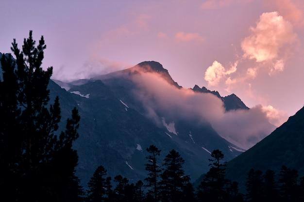 Le montagne del caucaso si estendono in arkhyz, il lago di sofia, l'arrampicata sulle montagne, l'escursionismo