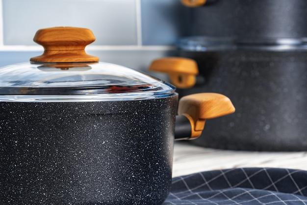 Le nuove pentole nere con manici in legno si chiudono