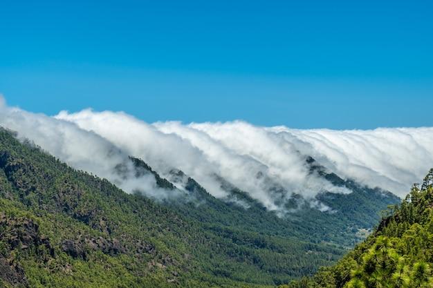 Le nuvole attraversano le montagne da un lato all'altro dell'isola di la palma, isole canarie. spagna
