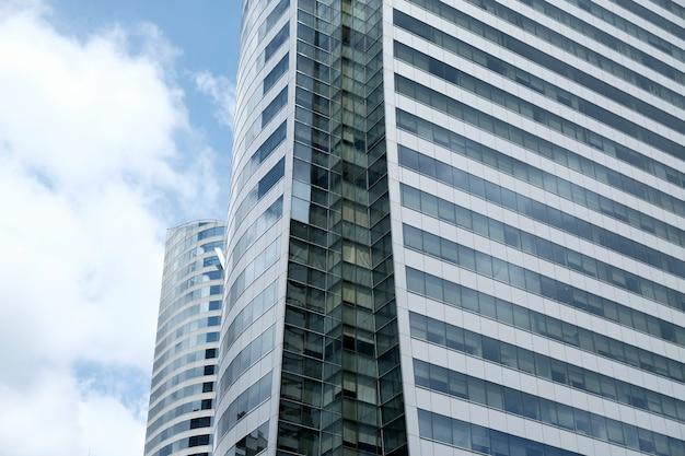 Le nuvole si riflettono nelle finestre dell'edificio per uffici moderni.
