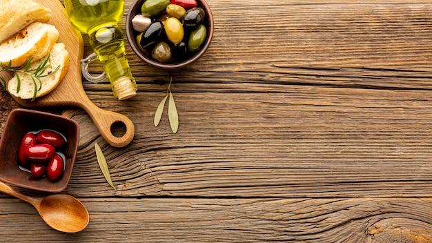 Le olive si mescolano e pane con spazio di copia