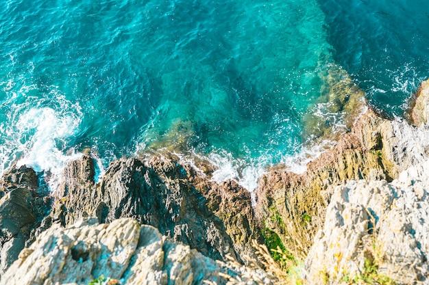 Le onde del mare quando colpiscono le rive del mare