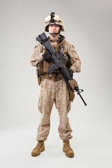 Le operazioni speciali del corpo dei marines degli stati uniti comandano il predone con l'arma. colpo dello studio