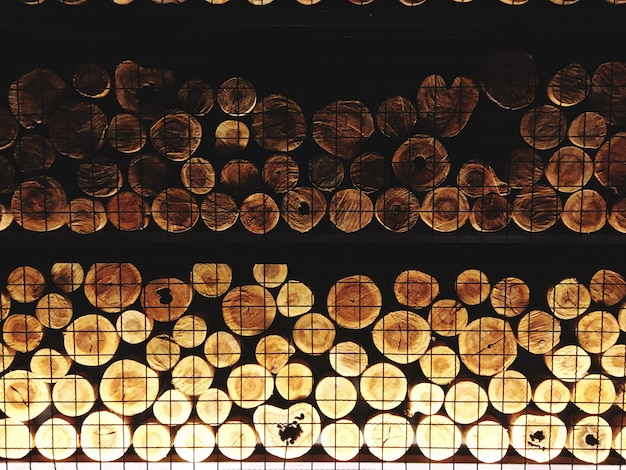 Le pareti sono fatte di legna da ardere, con una bella illuminazione. idee di decorazione della casa