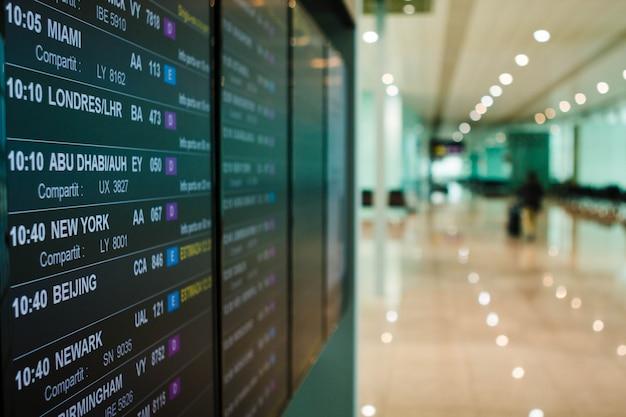 Le partenze del bordo dell'aeroporto annuncia il prossimo orario dei voli