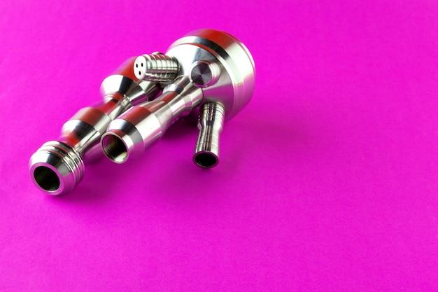 Le parti metalliche del narghilé si chiudono su