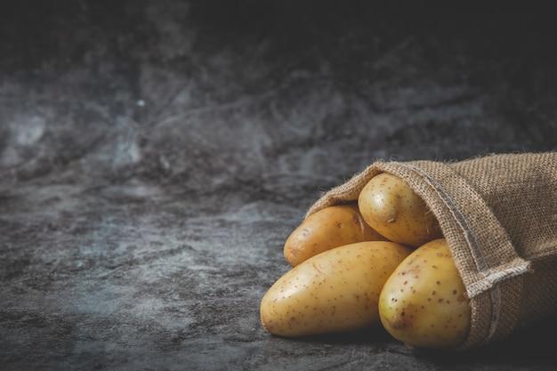 Le patate si riversano dai sacchi