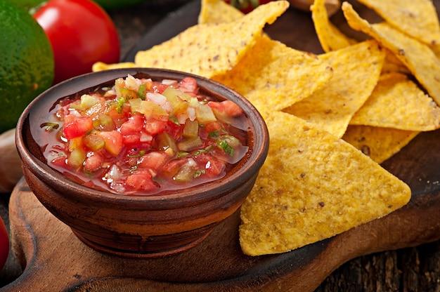 Le patatine fritte e la salsa messicane del tuffo si tuffano in ciotola