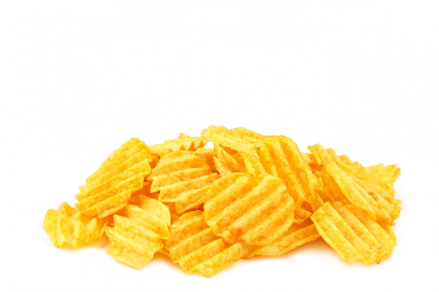 Le patatine fritte isolate su fondo bianco, hanno tagliato