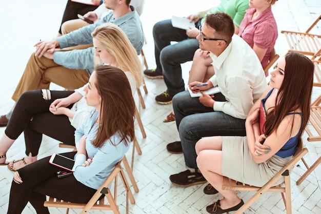 Le persone al business meeting nella sala conferenze.
