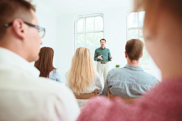 Le persone alla riunione d'affari nella sala conferenze.