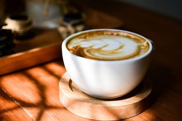 Le persone bevono caffè nella caffetteria