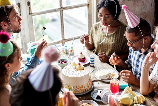 Le persone celebrano la festa di compleanno con torta