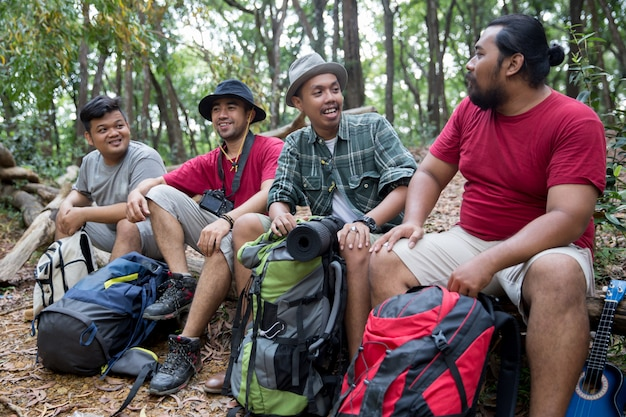 Le persone che hanno una pausa dopo le escursioni