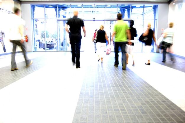 Le persone che lasciano il centro commerciale