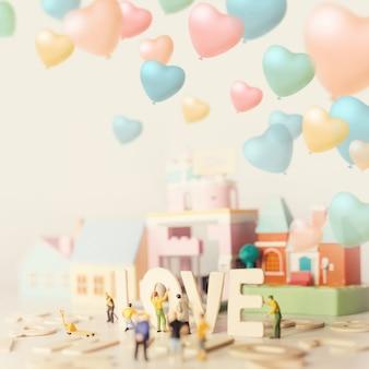 Le persone che preparano il giorno di san valentino con il testo amore e il morbido colore pastello tonica.