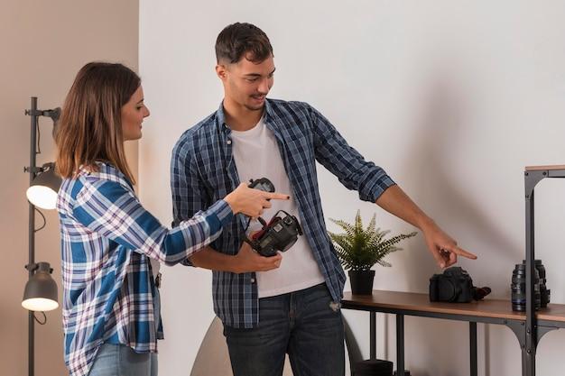 Le persone che scelgono un obiettivo per la propria fotocamera