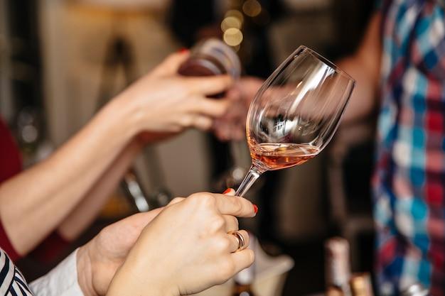 Le persone con bevande alcoliche in bicchieri