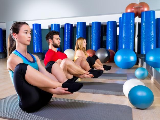 Le persone di pilates raggruppano il gruppo di esercizi di tenuta