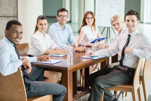 Le persone fanno brainstorming insieme nella sala riunioni.