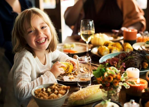 Le persone festeggiano il giorno del ringraziamento