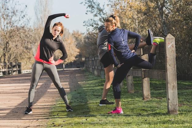 Le persone in forma facendo esercizi di stretching
