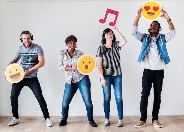 Le persone insieme si godono la musica