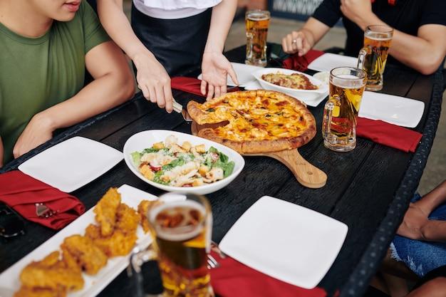 Le persone pranzano al bar