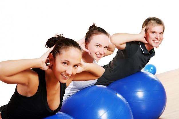 Le persone raggruppano facendo esercizi di fitness