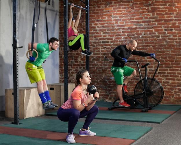 Le persone si allenano nella palestra di crossfit