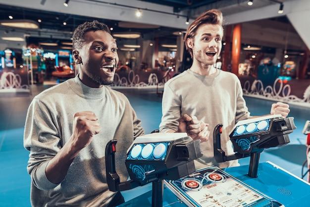 Le persone si rallegrano per la vittoria nel videogioco.
