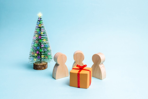 Le persone si sono riunite attorno al dono e sono pronte ad aprirlo.